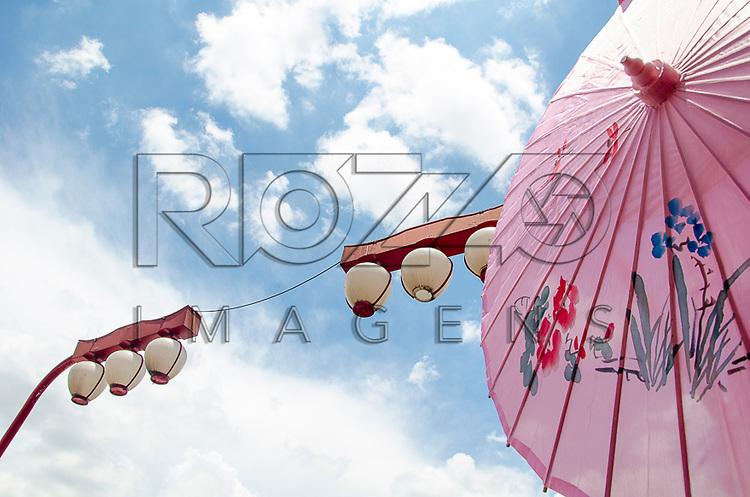 Detalhe do guarda-chuva e das lanternas orientais no bairro japonês da Liberdade, São Paulo - SP, 02/2013.