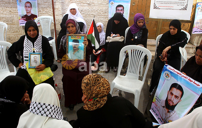 Families of Palestinian prisoners held in Israeli jails protest outside the International Committee of the Red Cross (ICRC) offices in Gaza City on October 2, 2011 in support of prisoners on hunger strike. Photo by Ashraf Amra