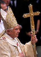 Papa Benedetto XVI arriva alla Basilica di San Giovanni in Laterano a Roma, 1 aprile 2010, per celebrare la cerimonia della Lavanda dei Piedi. .Pope Benedict XVI arrives to celebrate the feet-washing rite at St. John in Lateran's Basilica in Rome, 1 april 2010..UPDATE IMAGES PRESS/Riccardo De Luca