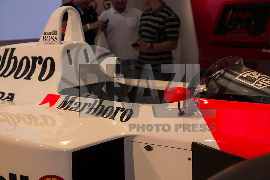 SAO PAULO, SP - 05.11.2014 - SALÃO DO AUTOMÓVEL - Honda apresenta curto documentário e a McLaren-Honda pilotada pelo Tricampeão Mundial Ayrton Senna nesta quarta-feira (5) no Salão Internacional do Automóvel em São Paulo. O carro apresentado foi a mesma do primeiro título do piloto na década de 1980.<br /> <br /> <br /> (Foto: Fabricio Bomjardim / Brazil Photo Press)