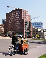 Nederland Amsterdam - april 2018 .Vrouw met bakfiets op de Zuidas.  Foto Berlinda van Dam / Hollandse Hoogte