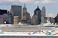 New York, Usa, Giugno 2007.Una nave da crociera con sullo sfondo I grattacieli di Manhattan.