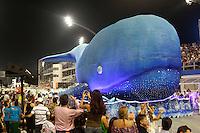 SAO PAULO, SP, 15 DE FEVEREIRO 2013 - CARNAVAL SP - DESFILE DAS CAMPEÃS  - Integrantes da escola de samba Pérola Negra: Campeã do Grupo de Acesso,  durante desfile das campeãs  no Sambódromo do Anhembi na região norte da capital paulista, nesta sexta-feira, 15. (FOTO:  LOLA OLIVEIRA / BRAZIL PHOTO PRESS).