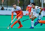 ROTTERDAM - Roel Bovendeert (NED) met Ignacio Rodriguez (Spain)   tijdens   de Pro League hockeywedstrijd heren, Nederland-Spanje (4-0) . COPYRIGHT KOEN SUYK