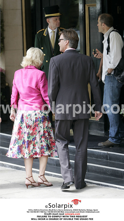 ALL ROUND PICTURES FROM SOLARPIX.COM..Richard and Judy arrive at the Dorchester Hotel in London to interview Jennifer Aniston on 16.06.06.  Job Ref: 2500/RMN..MUST CREDIT SOLARPIX.COM OR DOUBLE FEE WILL BE CHARGED.