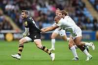Elliot Daly of Wasps goes on the attack. Aviva Premiership match, between Wasps and Bath Rugby on October 1, 2017 at the Ricoh Arena in Coventry, England. Photo by: Patrick Khachfe / Onside Images