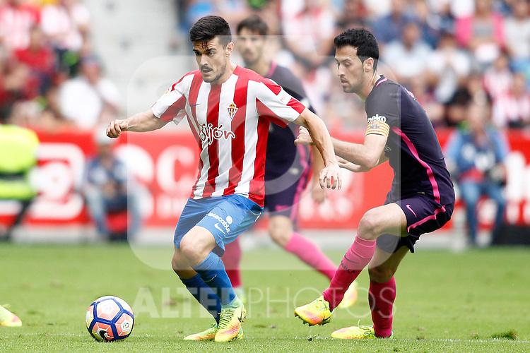 Sporting de Gijon's Nacho Cases (l) and FC Barcelona's Sergio Busquets during La Liga match. September 24,2016. (ALTERPHOTOS/Acero)