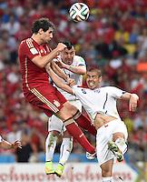 FUSSBALL WM 2014  VORRUNDE    Gruppe B     Spanien - Chile                           18.06.2014 Javi Martinez (li) gegen Gary Medel (Mitte) und Francisco Silva (re, beide Chile)