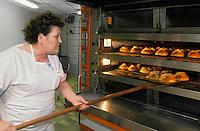 """Europe/France/Auvergne/12/Aveyron/Laguiole: Mme Roux sort ses fouaces de l'Aubrac du four à la boulangerie-pâtisserie """"Roux"""" [Non destiné à un usage publicitaire - Not intended for an advertising use]"""