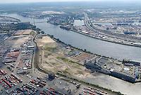 4415/Kohlenschiffhafen :EUROPA, DEUTSCHLAND, HAMBURG, 09.06.2005: Erweiterung der Landflaeche im Hamburger Hafen, Aufschuettung im Kohlenschiffhafen, Herstellung von Lager und Abstellflaechen, Vergroesserung des TCT Tollerort Container Terminal,  Hafen Hamburg,  Betreiber des Hamburger Hafen ist die HHLA, Hamburger Hafen und Lagerhaus Acktiengesellschaft, Elbe im Hintergrund die Koehlbrandbruecke, .Luftaufnahme, Luftbild,  Luftansicht
