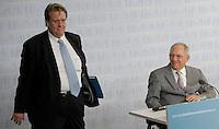 Berlin, Bundesfinanzminister Wolfgang Schaeuble (CDU) und sein Sprecher Juergen Kotaus am Donnerstag (20.06.13) bei einer Pressekonferenz zur Vorstellung der familienpolitischen Massnahmen der Bundesregierung.<br /> Foto: Michael Gottschalk/CommonLens