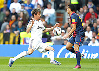 MADRI, ESPANHA, 02 MARÇO 2013 - CAMPEONATO ESPANHOL - REAL MADRID X BARCELONA - Fabio Coentrao jogador do Real Madrid durante disputa de bola com Pedro do Barcelona em partida pela 26 rodada do Campeonato Espanhol, neste sabado, 02. (FOTO: ALEX CID-FUENTES / ALFAQUI / BRAZIL PHOTO PRESS).