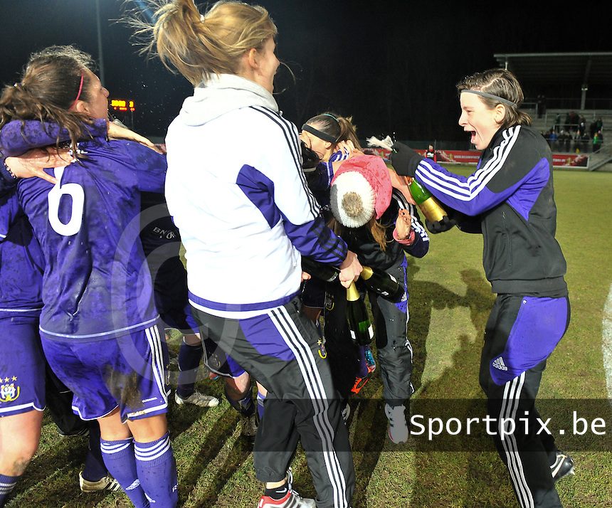 Waasland Beveren Sinaai Girls - RSC Anderlecht : de speelsters van Anderlecht vieren hun overwinning met Lynn Senaeve (rechts).foto DAVID CATRY / Nikonpro.be