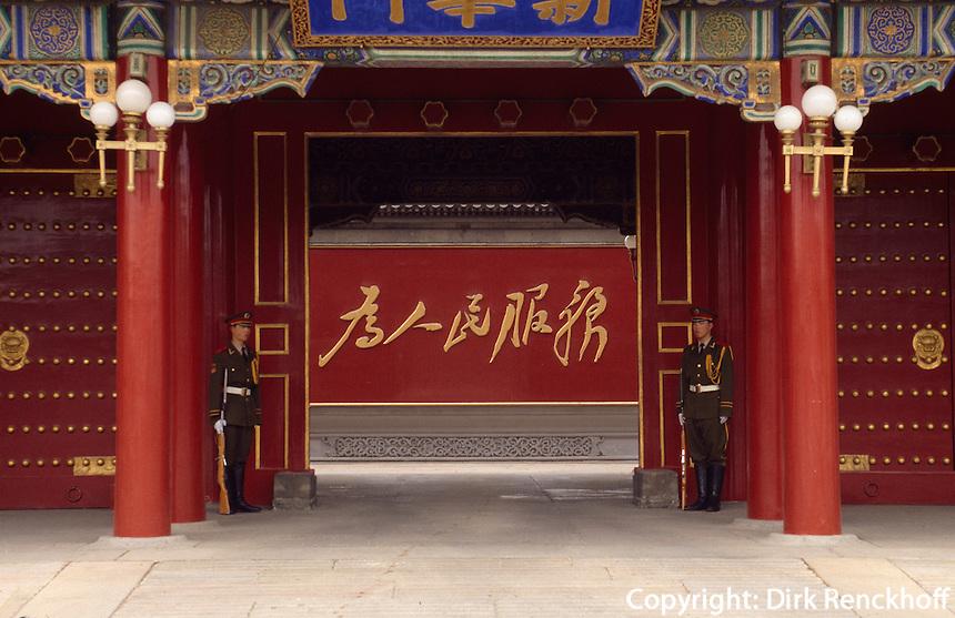 China, Peking, Eingnag zum Regierungsbezirk Zhong Nan Hai, Inschrift: Dem Volke dienen