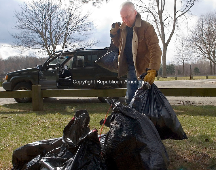 WOODBURY, CT - 07 APRIL 2007 - 040707JW01.jpg -- Cris Schaefer of Woodbury drops off a load of garbage at Hollow Park during the town of Woodburys annual spring townwide cleanup Saturday morning.  Jonathan Wilcox Republican-American