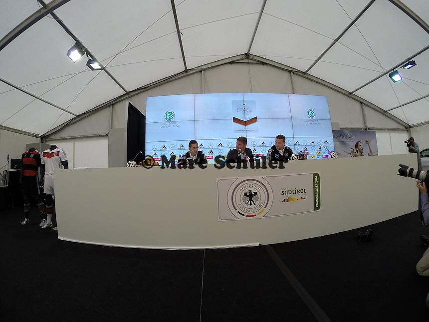 Miroslav Klose und Skodran Mustafi - Pressekonferenz der Deutschen Nationalmannschaft zur WM-Vorbereitung in St. Martin