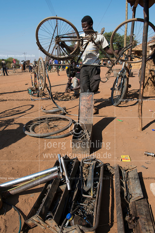 ALAWI, Lilongwe, bicycle repair workshop on the road / MALAWI, Lilongwe, Fahrrad Werkstatt