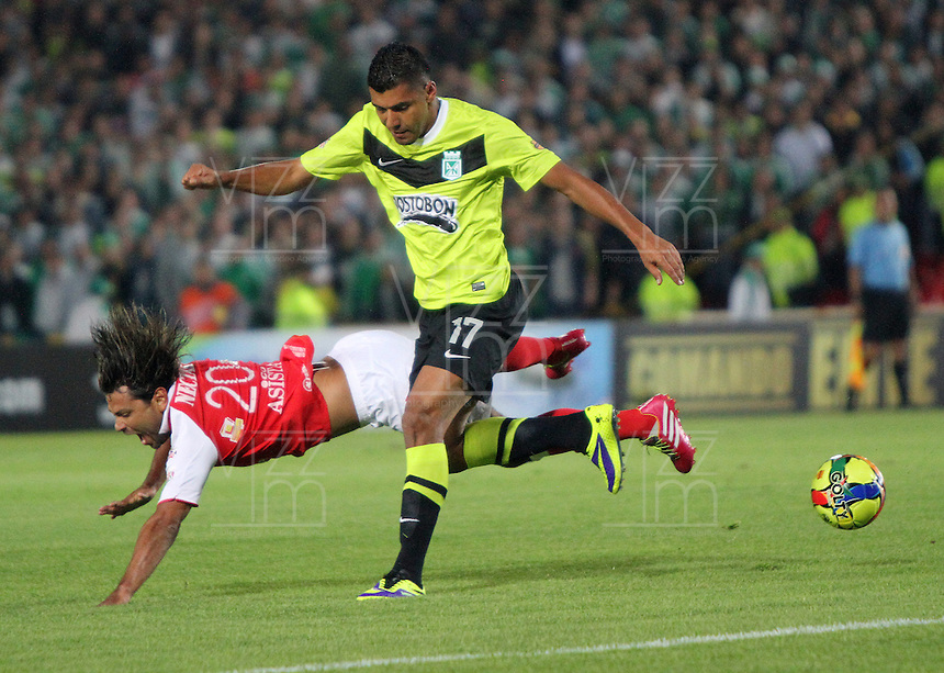 BOGOTA -COLOMBIA- 28 -11--2013. Gerardo Bedoya(Izq) del Independiente Santa Fe  disputa el balon contra Jefferson  Duque  del Atletico Nacional, encuentro de los cuadrangulares finales de la Liga Postobon jugado en el estadio de El Campin /  Gerardo Bedoya (L) of   Independiente Santa Fe  dispute the balloon against Jefferson  Duque  of Atletico Nacional , meeting the final runs of the Postobon League played in El Campin Stadium.Photo: VizzorImage / Felipe Caicedol / Staff