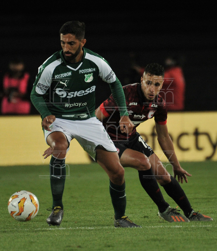 BOGOTÁ-COLOMBIA, 13-01-2020: Kevin Osorio de Independiente Santa Fe y Hernán Menosse de Deportivo Cali disputan el balón, durante partido Independiente Santa Fe y Deportivo Cali, por el Torneo ESPN 2020, jugado en el estadio Nemesio Camacho El Campin de la ciudad de Bogotá. / Kevin Osorio of Independiente Santa Fe and Hernán Menosse of Deportivo Cali vie for the ball, during a match between Independiente Santa Fe and Deportivo Cali, for the ESPN Tournament 2020, played at the Nemesio Camacho El Campin stadium in the city of Bogota. Photo: VizzorImage / Luis Ramírez / Staff.