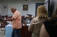 SJP19. GUAYNABO (PUERTO RICO), 11/06/2017.- Puertorriqueños asisten a votar hoy, domingo 11 de junio de 2017, en un colegio electoral de Guaynabo (Puerto Rico). Los puertorriqueños comenzaron hoy a las 08.00 hora local (12.00 GMT) a votar en un plebiscito no vinculante para determinar el estatus jurídico de la isla. La mayoría de los centros de votación abrieron puntualmente, a excepción de algunos que lo hicieron minutos más tarde por leves problemas técnicos. EFE/Thais Llorca