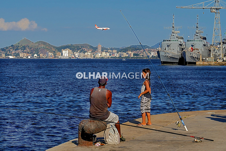 Pescador na Baia de Guanabara, Rio de Janeiro. 2019. Foto Juca Martins