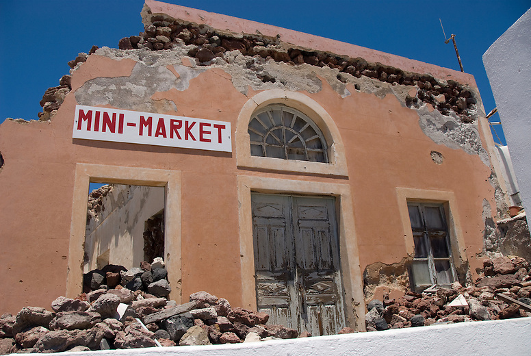 The most devastating event of the recent history of Santorini is without doubt the 1956 earthquake scaling 7.8 on the richter scale. The earthquake at the time caused almost total destruction in many villages and many casualties. After the deadly earthquake, Fira and Oia villages were fully reconstructed following the traditional architecture of the Island.