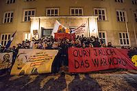 Demonstration in Dessau anlaesslich des 12. Todestages des Fluechtling Oury Jalloh, der am 7. Januar 2005 unter bislang nicht geklaerten Umstaenden in Polizeihaft, in der Zelle gefesselt, bei lebendigem Leib verbrannte.<br /> An der Demonstration beteiligten sich ca. 1.500 Menschen.<br /> Im Bild: Demonstrationsteilnehmer vor der Polizeiwache, in der Oury Jalloh ums Leben kam.<br /> 7.1.2017, Dessau<br /> Copyright: Christian-Ditsch.de<br /> [Inhaltsveraendernde Manipulation des Fotos nur nach ausdruecklicher Genehmigung des Fotografen. Vereinbarungen ueber Abtretung von Persoenlichkeitsrechten/Model Release der abgebildeten Person/Personen liegen nicht vor. NO MODEL RELEASE! Nur fuer Redaktionelle Zwecke. Don't publish without copyright Christian-Ditsch.de, Veroeffentlichung nur mit Fotografennennung, sowie gegen Honorar, MwSt. und Beleg. Konto: I N G - D i B a, IBAN DE58500105175400192269, BIC INGDDEFFXXX, Kontakt: post@christian-ditsch.de<br /> Bei der Bearbeitung der Dateiinformationen darf die Urheberkennzeichnung in den EXIF- und  IPTC-Daten nicht entfernt werden, diese sind in digitalen Medien nach §95c UrhG rechtlich geschuetzt. Der Urhebervermerk wird gemaess §13 UrhG verlangt.]