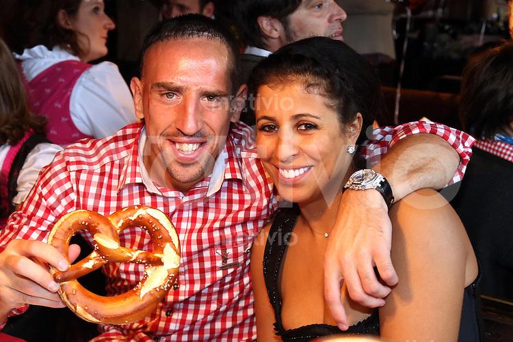 FUSSBALL 1. BUNDESLIGA   SAISON 2012/2013 Die Mannschaft des FC Bayern Muenchen besucht das Oktoberfest am 07.10.2012 Franck Ribery mit seiner Frau Wahiba