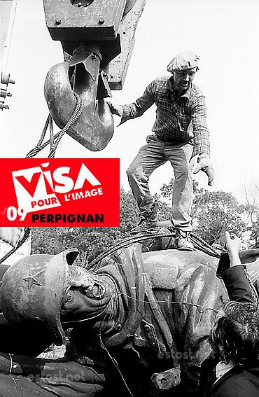 septembre 1991 / calea Kisseleff / Bucarest.Le monument du soldat sovietique, dit liberateur, vient d'etre descendu