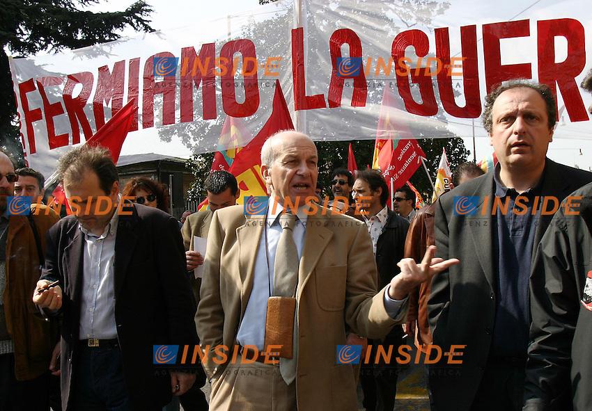 Roma 2/4/2003<br /> Sciopero generale Manifestazione dei sindacati di Base contro la guerra. Il segretario di Rifondazione Comunista Fausto Bertinotti e il deputato verde Paolo Cento in testa al corteo.