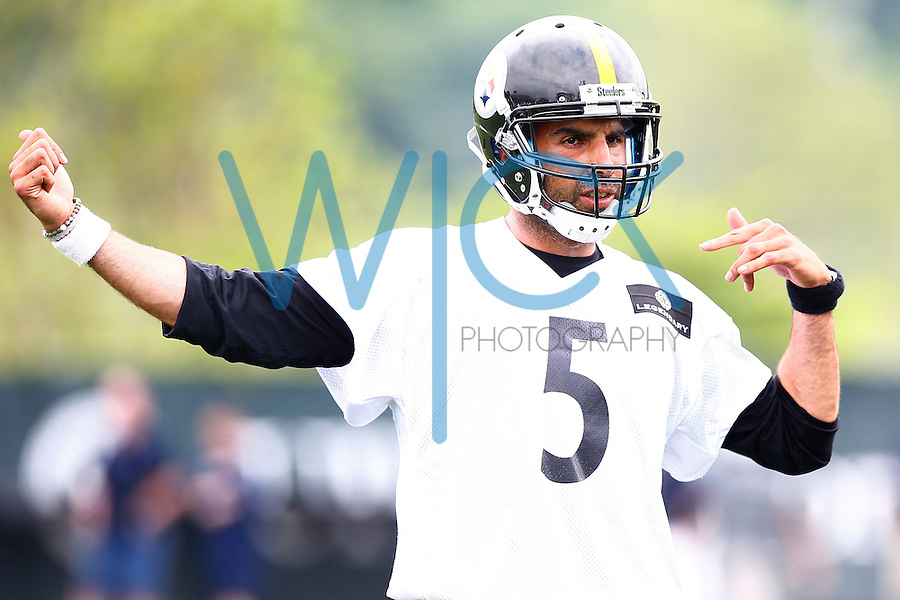 Bruce Gradkowski #5 of the Pittsburgh Steelers gives instructions during OTA's at the Rooney Sports Complex on the Side Side in Pittsburgh, Pennsylvania on June 2, 2016. (Photo by Jared Wickerham/DKPittsburghSports)