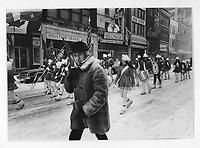 Defile de la Saint-Patrick sous la neige, vers 1975<br /> (date exacte inconnue)<br /> <br /> PHOTO : Alain Renaud - Agence Quebec Presse<br /> <br /> Les images commandees seront recadrees lorsque requis