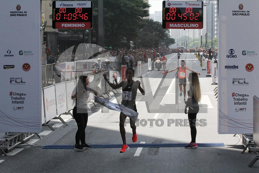 SÃO PAULO,  SP, 31.12.2018 - SÃO-SILVESTRE - Belay Tilahun Bezabh primeiro colocado masculino na  Corrida Internacional de São Silvestre na Avenida Paulista em São Paulo nesta segunda-feira, 31. (Foto: Nelson Gariba/Brazil Photo Press)