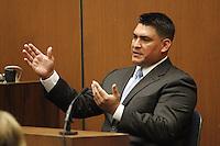 """L12 LOS ÁNGELES (EE.UU.), 29/09/2011.- El director de logística de Michael Jackson, Alberto Alvarez, testigo clave de los últimos momentos de vida del cantante, gesticula durante su declaración en la tercera jornada del juicio que se desarrolla en el Tribunal Superior de Los Angeles, EE.UU., el día 29 de septiembre de 2011. El médico Conrad Murray está acusado de homicidio involuntario por cometer una """"flagrante negligencia"""" en el cuidado de la salud de Jackson. EFE/Al Seib /POOL..."""