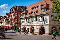 Deutschland, Baden-Wuerttemberg, Schwarzwald, Haslach im Ortenaukreis: Marktplatz im Stadtzentrum mit Rathaus   Germany, Baden-Wurttemberg, Black Forest, Haslach: Market Square at centre with townhall