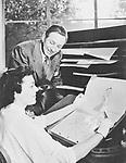 *05.12.1901-15.12.1966+<br /> Filmproduzent, USA<br /> <br /> mit einer Mitarbeiterin bei den Vorbereitungen zu einem Zeichentrickfilm 'Cinderella'