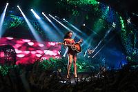 """RIO DE JANEIRO, RJ, 14.12.2013 - Paula Fernandes se apresenta no palco do Citibank Hall, zona oeste da cidadei, no show do DVD """"Um ser amor"""" neste sábado (14). (Foto. Néstor J. Beremblum / Brazil Photo Press)"""