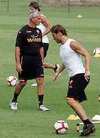 "Calcio: il nuovo allenatore della Roma Claudio Ranieri dirige il suo primo allenamento al centro sportivo ""Fulvio Bernardini"" di Trigoria, Roma, 2 settembre 2009. A destra, il capitano Francesco Totti..AS Roma football team's new coach Claudio Ranieri leads his first tranining session past captain's Francesco Totti, right, at the club's sporting center on the outskirts of Rome, 2 september 2009..UPDATE IMAGES PRESS/Riccardo De Luca"