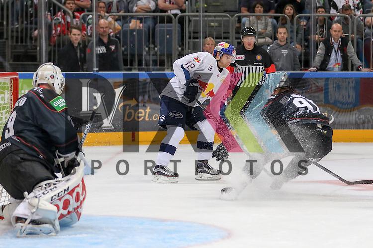 Muenchens Mads Christensen (Nr.12)  stoppt und bremst Koelns Moritz Mueller (Nr.91) aus beim Spiel der DEL, Koelner Haie (dunkel) - EHC Red Bull Muenchen (weiss).<br /> <br /> Foto &copy; PIX-Sportfotos *** Foto ist honorarpflichtig! *** Auf Anfrage in hoeherer Qualitaet/Aufloesung. Belegexemplar erbeten. Veroeffentlichung ausschliesslich fuer journalistisch-publizistische Zwecke. For editorial use only.