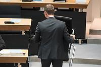 Plenarsitzung des Berliner Abgeordnetenhaus am Donnerstag den 30. November 2017.<br /> Im Bild: Buergermeister Michael Mueller organisiert sich einen neuen Stuhl, da sein urspruenglicher Stuhl defekt ist.<br /> 30.11.2017, Berlin<br /> Copyright: Christian-Ditsch.de<br /> [Inhaltsveraendernde Manipulation des Fotos nur nach ausdruecklicher Genehmigung des Fotografen. Vereinbarungen ueber Abtretung von Persoenlichkeitsrechten/Model Release der abgebildeten Person/Personen liegen nicht vor. NO MODEL RELEASE! Nur fuer Redaktionelle Zwecke. Don't publish without copyright Christian-Ditsch.de, Veroeffentlichung nur mit Fotografennennung, sowie gegen Honorar, MwSt. und Beleg. Konto: I N G - D i B a, IBAN DE58500105175400192269, BIC INGDDEFFXXX, Kontakt: post@christian-ditsch.de<br /> Bei der Bearbeitung der Dateiinformationen darf die Urheberkennzeichnung in den EXIF- und  IPTC-Daten nicht entfernt werden, diese sind in digitalen Medien nach §95c UrhG rechtlich geschuetzt. Der Urhebervermerk wird gemaess §13 UrhG verlangt.]