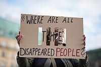Mahnwache von syrischen Gefluechteten fuer in ihrem Heimhatland verhaftete und verschwundene Menschen am Samstag den 3. November 2018 vor dem Brandenburger Tor in Berlin.<br /> In den vergangenen sieben Jahren sind tausende Menschen Syrien verschwunden. Sie sind auf Grund ihres Glaubens oder wegen ihrer Ueberzeugungen Opfer politischer Verfolgung und willkuerlicher Gewalt geworden. Mit aufgerufen zu der Mahnwache hatte die Organisation &quot;Adopt a revolution&quot;.<br /> Im Bild: Eine Teilnehmerin der Mahnwache fragt auf einem Schild: &quot;Wo sind all die verschwundenen Menschen?&quot;<br /> 3.11.2018, Berlin<br /> Copyright: Christian-Ditsch.de<br /> [Inhaltsveraendernde Manipulation des Fotos nur nach ausdruecklicher Genehmigung des Fotografen. Vereinbarungen ueber Abtretung von Persoenlichkeitsrechten/Model Release der abgebildeten Person/Personen liegen nicht vor. NO MODEL RELEASE! Nur fuer Redaktionelle Zwecke. Don't publish without copyright Christian-Ditsch.de, Veroeffentlichung nur mit Fotografennennung, sowie gegen Honorar, MwSt. und Beleg. Konto: I N G - D i B a, IBAN DE58500105175400192269, BIC INGDDEFFXXX, Kontakt: post@christian-ditsch.de<br /> Bei der Bearbeitung der Dateiinformationen darf die Urheberkennzeichnung in den EXIF- und  IPTC-Daten nicht entfernt werden, diese sind in digitalen Medien nach &sect;95c UrhG rechtlich geschuetzt. Der Urhebervermerk wird gemaess &sect;13 UrhG verlangt.]