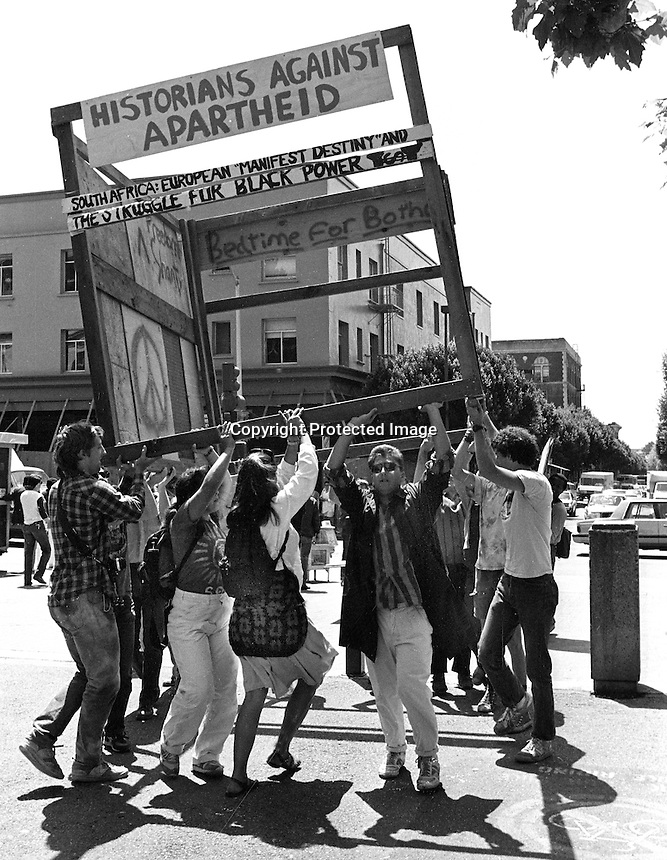 University of California students carry a mock shanty town frame into Sproul Plaza during anti-apartheid demonstrations at the University. April 29.1986.<br />(photo by Ron Riesterer}