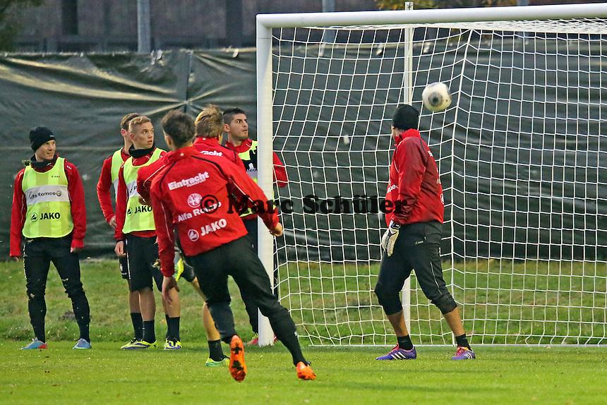 Oka Nikolov hat gegen Srdjan Lakic (Eintracht) das Nachsehen