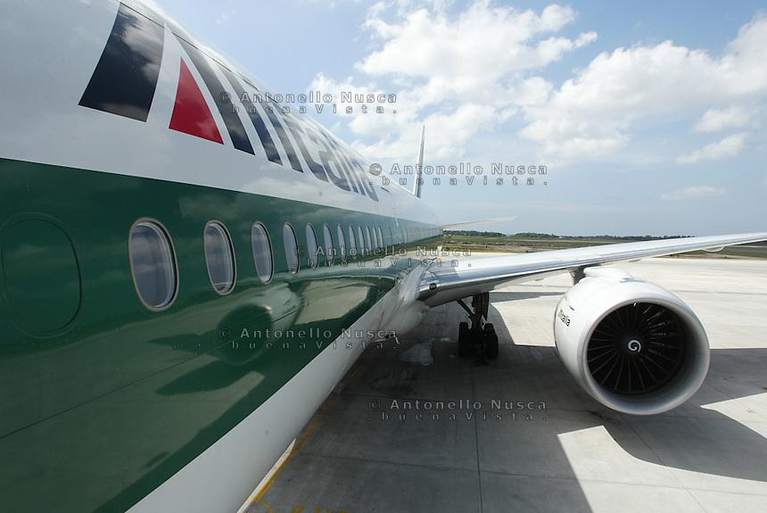 Un aereo dell'Alitalia fermo in pista