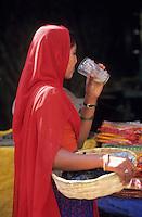 Asie/Inde/Rajasthan/Udaipur: Marché Mandi - Indienne en sari buvant du sirop de canne