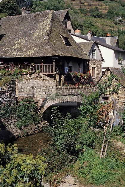 Europe/France/Auvergne/12/Aveyron/Estaing: Vieilles maisons à balcons de bois