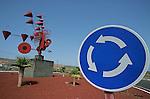 Si Lanzarote est une des iles les plus preservee des Canaries, c'est grace l architecte et le peintre abstrait  Cesar Manrique, disparu en 1992. Conscient avant l'heure des dangers du tourisme de masse, il persuade le gouvernement espagnol de placer l'ile sous haute protection ecologique en creant plusieurs parcs naturels. Ces oeuvres ornent les ronds points routiers