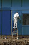 UTRECHT - Schilder bezig met pot verf en kwast in de hand bezig met de afbouw van een gevel van een gebouw. ANP PHOTO COPYRIGHT TON BORSBOOM