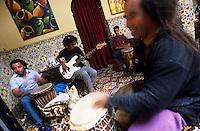 """Afrique/Maghreb/Maroc/Essaouira : """"Taros"""" Café-Restaurant 2 rue de la Skala - Musiciens répétant, clin d'oeil à Jimmy Hendrix"""