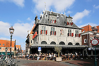 Hoorn - Plein de Roode Steen met de Waag. De Waag in Hoorn werd in 1609 in opdracht van Hendrick de Keyser gebouwd op het plein de Roode Steen. Het gebouw was het middelpunt van de kaasmarkten die vanaf de tweede helft van de zeventiende eeuw wekelijks werden gehouden. De partijen kaas werden er gewogen. In de hoogtijdagen van de Hoornse kaasmarkt werd hier jaarlijks tot 3 miljoen kilogram kaas verhandeld, maar door de opkomst van de verschillende kaasfabrieken in omringende dorpen kwam in de loop van de twintigste eeuw een einde aan de markt. Er is tegenwoordig een grand café in gevestigd. Op de Roode Steen wordt sinds juni 2007 op elke donderdag weer een (toeristische) kaasmarkt gehouden, en in De Waag wordt net als vroeger de kaas gewogen